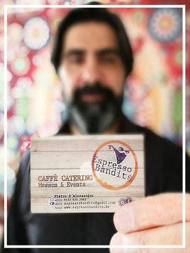 """""""Bild:"""" Espresso Bandits - Kaffee Catering fuer Messen - Pietro haelt seine Visitenkarte mit den Kontaktdaten in die Kamera"""
