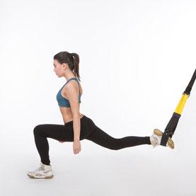 Slingtrainer für zu Hause - Frau übt Ausfallschritt