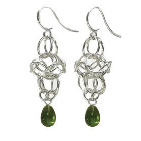 Ohrhänger ringelrein aus beweglichen Silberösen und moosgrünem Glastropfen