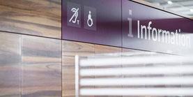 Info-Schalter auf dem BER-Flughafen mit Kennzeichnung für eine IndukTive Höranlage