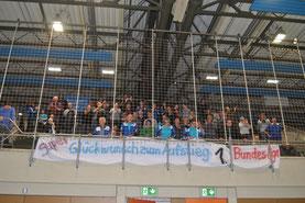 Die zahlreich mitgereisten Fans feierten den Triumph der Mannschaft