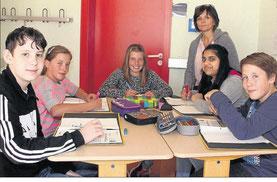 Mit Freude lernen: In kleinen Gruppen lernen die Kinder mit Hilfe von individuell zusammengestelltem Fördermaterial selbstständig an Lernschwächen zu arbeiten. Foto: E. Müller