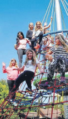 """Kletterspaß für Groß und Klein: Diese Schülerinnen der Cornelia-Funke-Schule finden den neuen Spielplatz """"toll"""".  Fotos: Battefeld"""