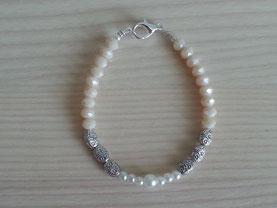 Perlen Armkette Perlenarmkette mit weissen Glanzperlen, lachsfarbenen facettierten Glasperlen und ovalen Metallperlen