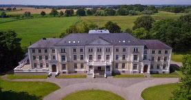 Luftbild vom Schloss Lütgenhof in Dassow bei Travemünde Ostsee