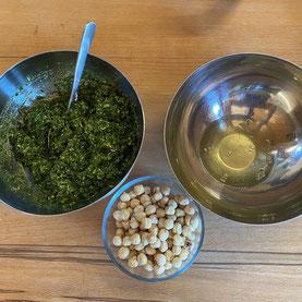 Kren/Meerrettich und Haselnüssen werden Wasabi Nüsse