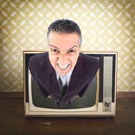 Ein Mann kommt aus dem Fernseher heraus und schreit.