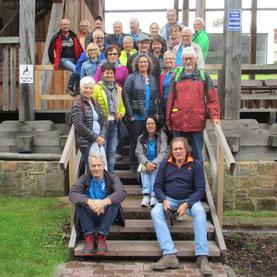 Die Gruppe auf der mittleren Treppe zum Gradierwerk