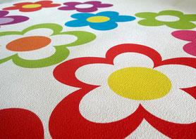 wir drucken deine Fußbodenaufkleber auf eine textile Fußbodenfolie