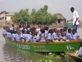 Barque motorisée à l'école Saint-Vincent-de-Paul
