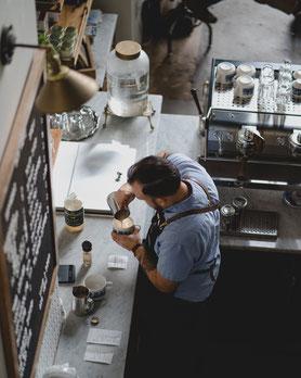 Kaffeezubereitung Pour Over Coffee, hippes Kaffeehaus