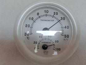 室温と湿度計 すごい湿度です