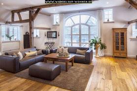 Einrichtungsstil, Wohnen, Schöner Wohnen, Wohlstil,  Landhaus, Landhaus-Stil, Wohnzimmer im Landhaus-Stil, braunes Ledersofa