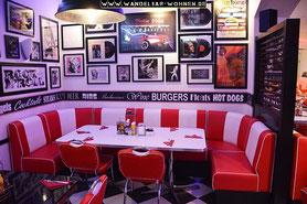 Einrichtungsstil, Wohnstil, Wohnen, Einrichten, Wohnideen, Wohntrends, American Diner, rot-weiße Einrichtung, Leder-Essecke, amerikanisches Restaurant, Retro-Stil