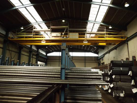 Auch mal Querdenken, erstellen eines Arbeitsgerüstes auf dem Hallenkran zur Sanierung der Lichtbänder wärend des laufenden Betriebs.