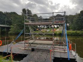 Meppen, Arbeitsgerüst auf einem Schwimmponton um von da aus Sanierungsarbeiten an einer Brücke durchzuführen