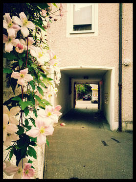 Innenhof der Maillinger Studios, Blick durch die Einfahrt zur Straße