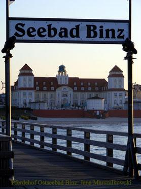 am Abend auf der Seebrücke mit Blick zum Kurhaus