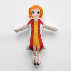 punčka z oranžnimi lasmi