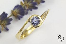Ring Gold 750/- mit hellblauem Saphir, Handarbeit