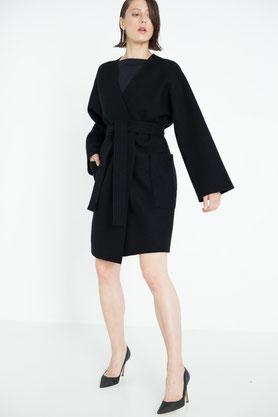 zeitlos: schlichter, schwarzer Wollmantel aus Bio-Wolle