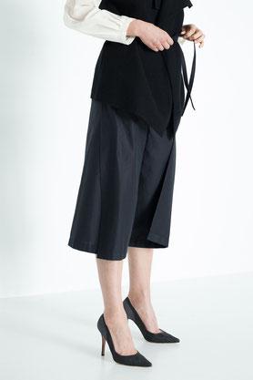 schwarze bequeme Wickelhose aus Bio-Baumwolle mit moderner Culotte Länge