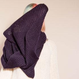 hangestrickter warmer Schal aus dunkelblauer Biowolle