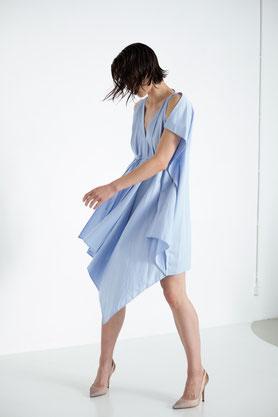 drapiertes locker fallendes Kleid aus hellblauer Biobaumwolle