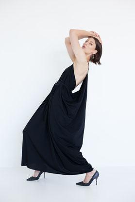 süßes schlichtes Kleid mit Ärmeln und Taschen aus Biobaumwolle in schwarz