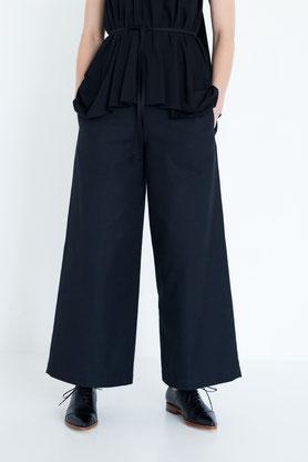 schlicht: gerade Hose aus schwarzer Bio-Baumwolle