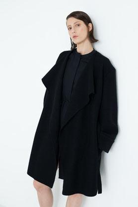 fein: schlichter, schwarzer Mantel fair produziert in Berlin