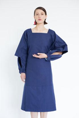 modernes luftiges Kleid aus schwaarzer und cremeweißer Biobaumwolle für den Sommer und Strand