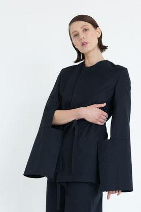 moderner exklusiver Wollmantel aus dunkelblauer reiner Biowolle im Kimonoschnitt