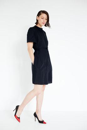 modernes elegantes Blusenkleid aus schwarzer Biobaumwolle mit kurzen Ärmeln