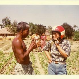 青年海外協力隊時代、村の人と会話する代表