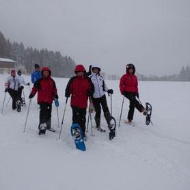 4 Personen bei einer geführten Schneeschuhwanderung in Bodenmais