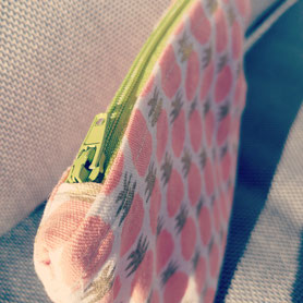 Les Ateliers de Blanche Ateliers couture activité enfant la Balme de Sillingy Annecy 74 pochette ananas finition fermeture éclairAteliers couture activité loisir créatif anniversaire enfant la Balme de Sillingy Annecy 74 trousse loisirs créatifs diy