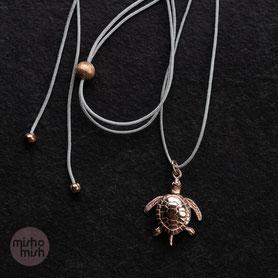 Wunderschönes Schmuckstück und qualitativ sehr hochwertig. Auch das Band ist sehr robust und angenehm zu tragen. Diese kleine Schildkröte begleitet mich jeden Tag und macht mich sehr glücklich. :) Danke für das kleine Kunstwerk. (Dana aus Berlin)