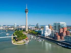 Blick auf den Rhein und den Rheinturm in Düsseldorf