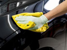 Hand poliert mit Tuch ein Auto