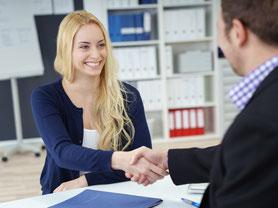Lächelnde Frau mit Arbeitsvertrag