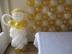 figura de angel de globos dorado