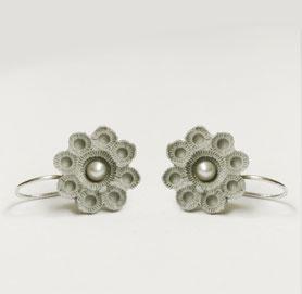 zeeuwse oorbellen grijs porselein en parel