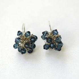 swarovski oorbellen gehaakt, blauwe swarovskikristallen, handgemaakte sieraden, swarovski sieraden