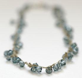 ketting swarovski gehaakt jeansblauw, swarovski sieraden, handgemaakte sieraden