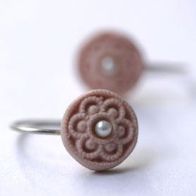 zeeuws oma's knoopje porselein oorbellen, porseleinen sieraden, zeeuwse sieraden