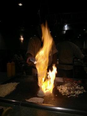 「これは日本メンバーと行った鉄板焼屋さんのパフォーマンスです!  玉ねぎが燃えています!」(土方隼斗。以下同)