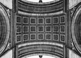 Blick nach oben: Arc de Triomphe
