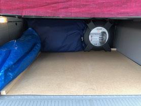 Bodenplatte im Kofferraum