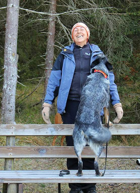 Caro mit Mia bei einer Gruppenwanderung (Foto privat)